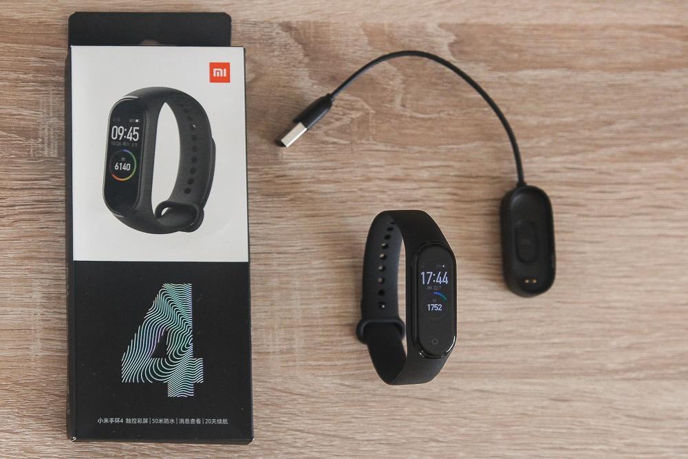 Коробка, фитнес-браслет Mi Band 4 и новый тип зарядки